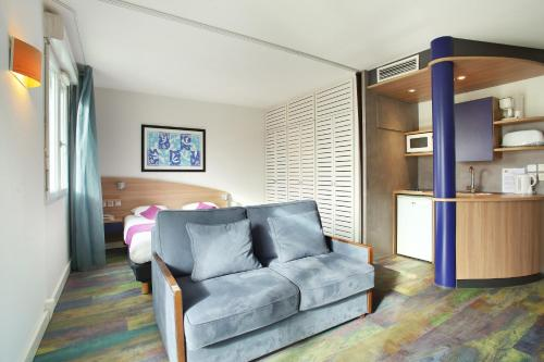 A seating area at Suite-Home Saran