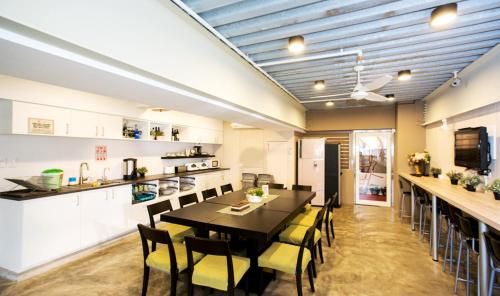 A restaurant or other place to eat at Su Taichung Hostel