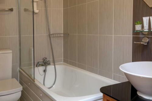 A bathroom at Best Western London Ilford Hotel