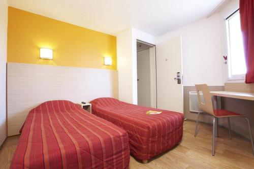 Postel nebo postele na pokoji v ubytování Premiere Classe Avignon Courtine Gare TGV