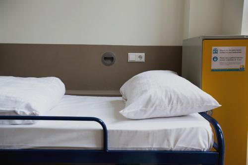 Cama ou camas em um quarto em Shelter Jordan Christian Hostel