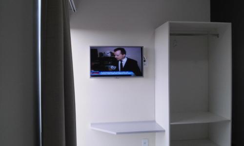 Uma TV ou centro de entretenimento em Pousada Ponto Chic