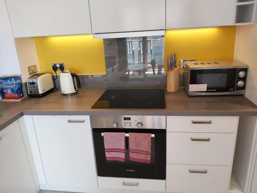 A kitchen or kitchenette at Immaculate 2 bed apartment