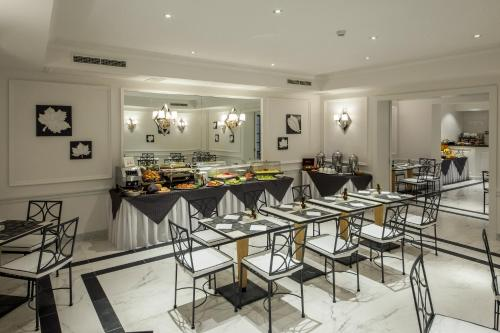 A restaurant or other place to eat at Hotel Della Conciliazione