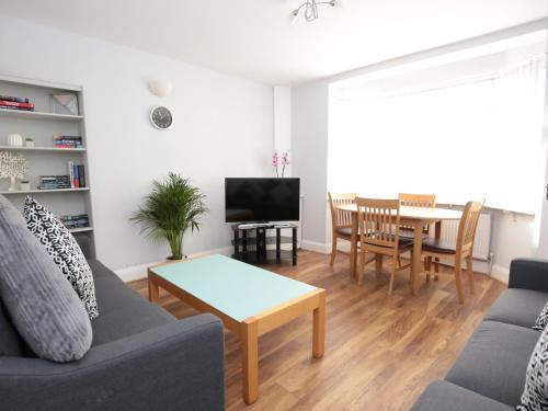 Holiday Home for 8 inc Parking in Trendy East Oxford