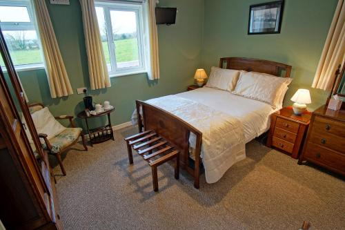 A bed or beds in a room at Murphys Farmhouse B&B