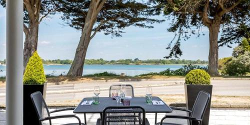 A restaurant or other place to eat at Langstone Quays Resort
