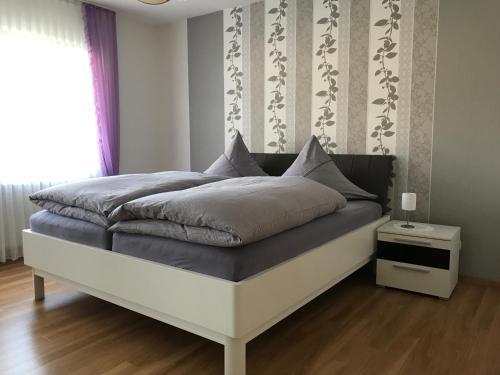 Ein Bett oder Betten in einem Zimmer der Unterkunft Ferienwohnung Eifelluft