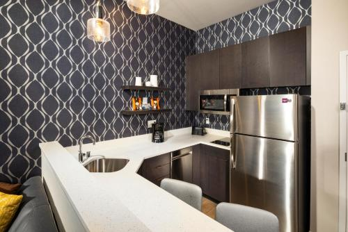 A kitchen or kitchenette at Residence Inn Las Vegas South/Henderson
