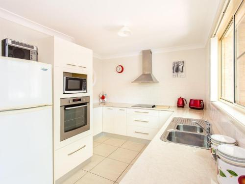A kitchen or kitchenette at 1/4 Huntly Close