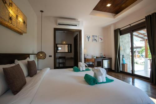 A bed or beds in a room at Southern Lanta Resort