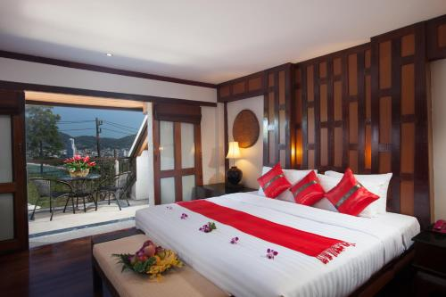 A bed or beds in a room at Baan Yin Dee Boutique Resort Phuket