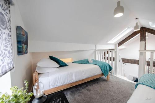 A bed or beds in a room at Air Host and Clean - Apartment 2, 13 Broadhurst Street