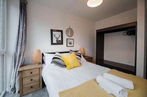A bed or beds in a room at Air Host and Clean - Apartment 5, 13 Broadhurst Street