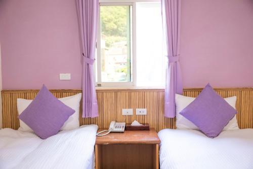 假期旅店房間的床