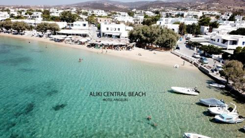 Ett flygfoto av Angeliki Seaside Hotel
