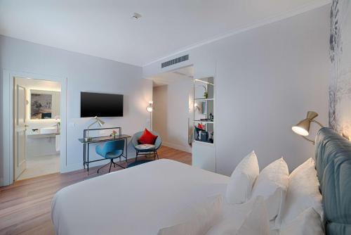 A television and/or entertainment centre at NH Collection Roma Fori Imperiali