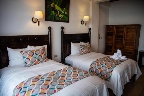 A bed or beds in a room at Hotel San Bada Resort & Spa