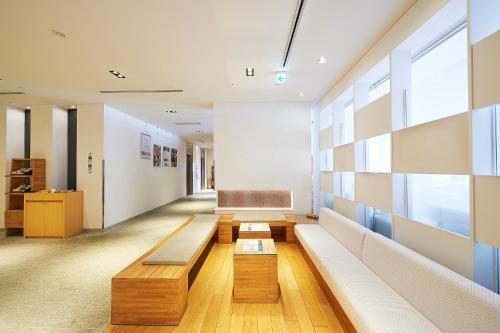 The lobby or reception area at Sotetsu Fresa Inn Nagano-Zenkojiguchi