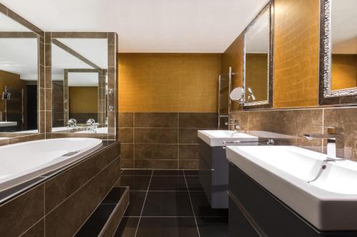 Ein Badezimmer in der Unterkunft The Pavilions Amsterdam, The Toren