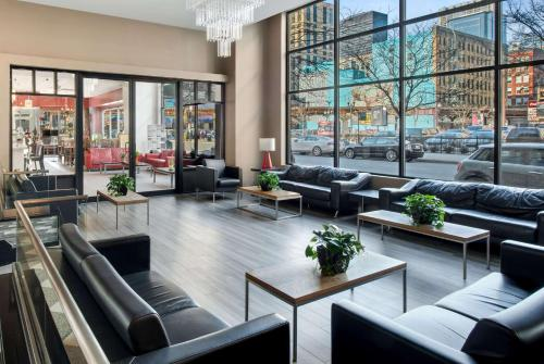 A seating area at Travelodge by Wyndham Downtown Chicago