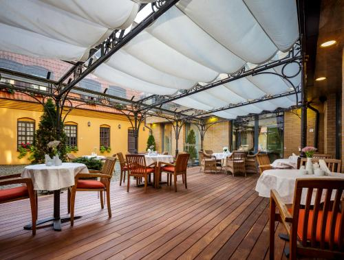A restaurant or other place to eat at Euterpe Hotel