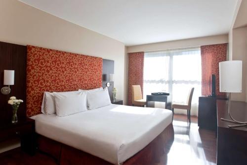 Una cama o camas en una habitación de NH Córdoba Urbano