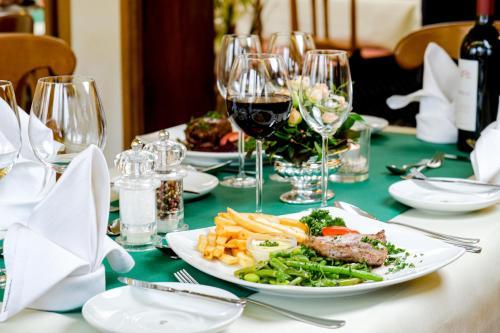 Ein Restaurant oder anderes Speiselokal in der Unterkunft Hotel Riemann