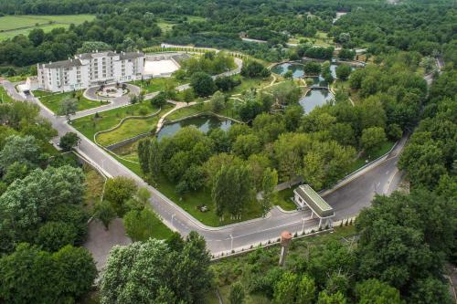 Uma vista aérea de QafqaZ Thermal & Spa Resort Hotel