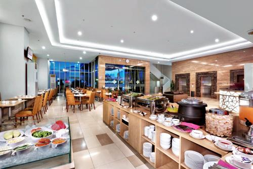 A restaurant or other place to eat at favehotel Pasar Baru