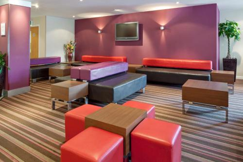 The lounge or bar area at Holiday Inn Express Poole