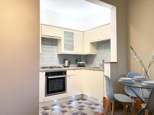 A kitchen or kitchenette at Forest Park Apartment