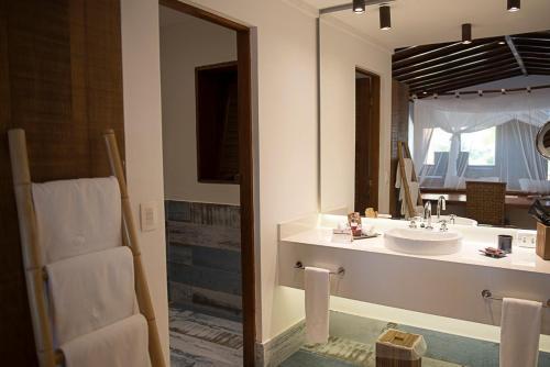 A bathroom at Txai Resort