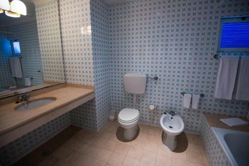 A bathroom at Azoris Faial Garden – Resort Hotel