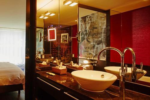 A bathroom at Savoy Hotel