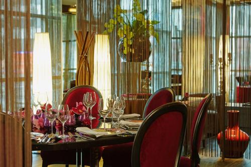A restaurant or other place to eat at Savoy Hotel