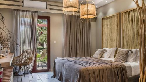 Een bed of bedden in een kamer bij Avithos Resort Hotel