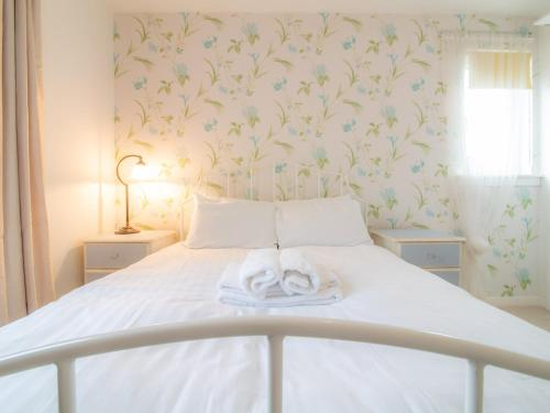 A bed or beds in a room at Cosy, Compact and Chic 1BD Apt.- With Parking!