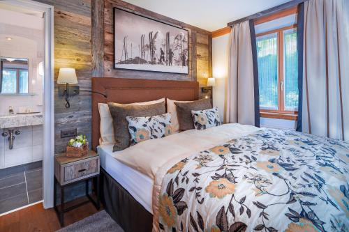 A bed or beds in a room at Eiger Mürren Swiss Quality Hotel