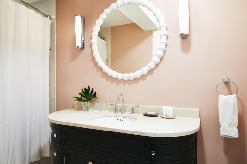 A bathroom at Petite Auberge