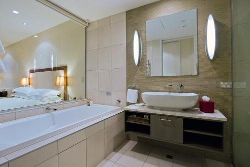 A bathroom at The Rees Hotel & Luxury Apartments