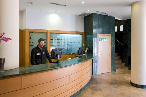 The lobby or reception area at NH Logroño
