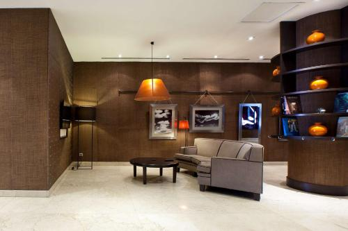 The lobby or reception area at NH Madrid Sur