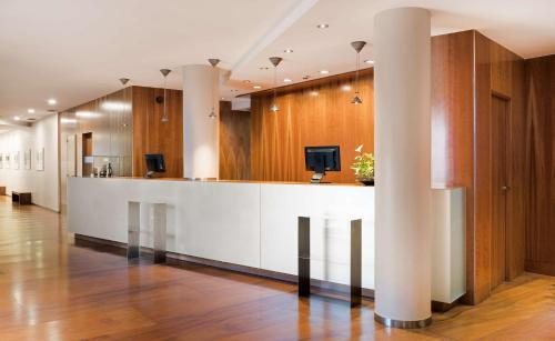 The lobby or reception area at NH Zamora Palacio del Duero