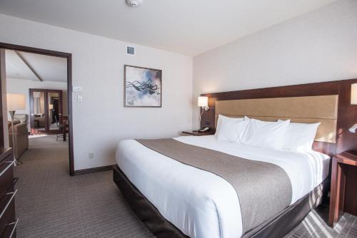 Кровать или кровати в номере Quality Inn & Suites Val D'Or