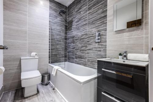 A bathroom at Prestige STAY Aparthotel - Castle Street