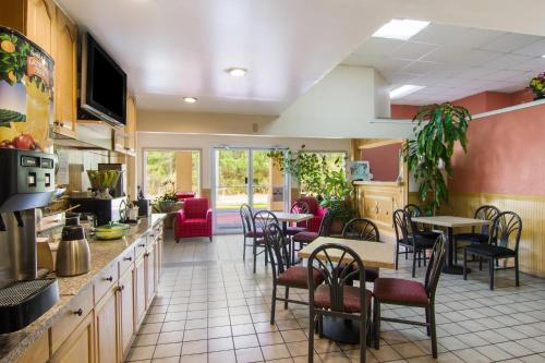 A restaurant or other place to eat at Americas Best Value Inn Darien