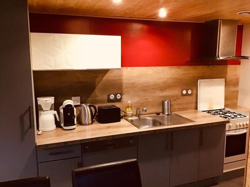 Cuisine ou kitchenette dans l'établissement Le duplex De La Ferme Du Tertre