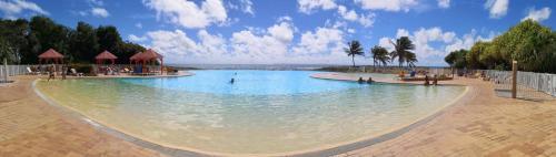 Piscine de l'établissement LeLagon Vue Mer, Pieds dans l'eau ou située à proximité