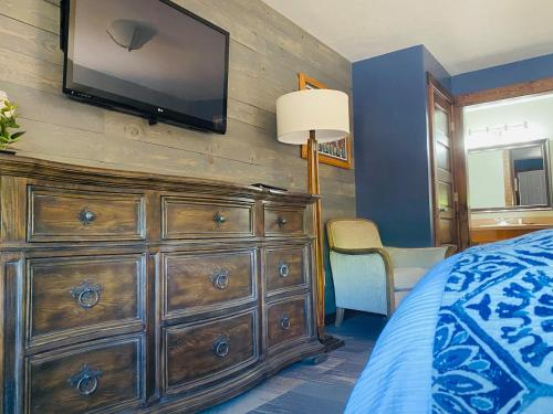 A television and/or entertainment center at Desert Rose Resort & Cabins